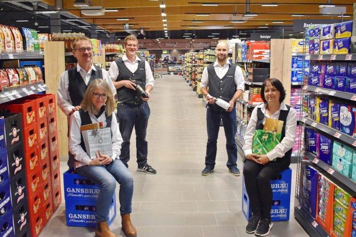 Von links: Markt-Leiter Hafner mit Frau Petra und einem Teil seines Teams, die sich um die letzten Vorbereitungen für eine erfolgreiche Eröffnung am Donnerstag kümmern
